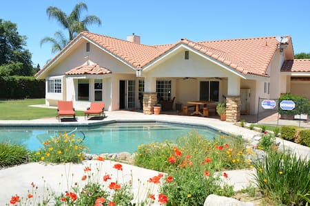 Bright and Beautiful Pool Home (NW) - Bakersfield - Casa