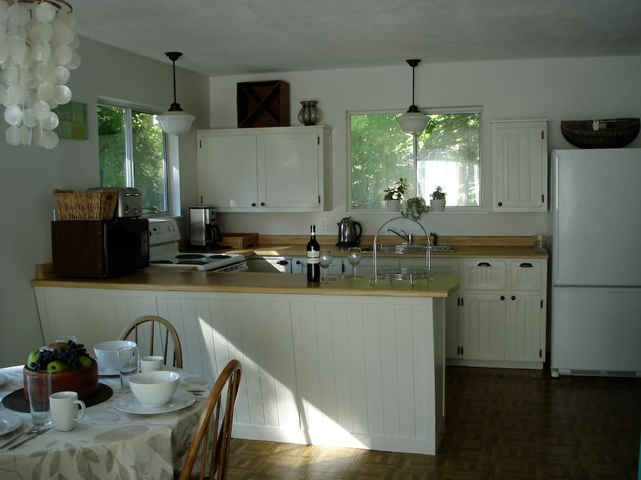 Kitchen with fridge/freezer, oven/stove, microwave, coffee maker, blender, toaster
