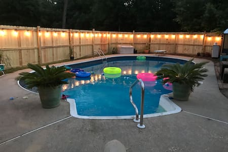 The Love Shack * pool * dog friendly *
