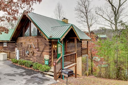 Quaint cabin w/ private hot tub & shared seasonal pool - great romantic getaway!