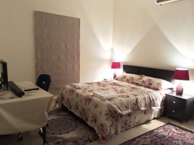 Nice bedroom with Private bathroom. - Muscat - Apartment