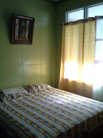 Ghea's Great Location Dapitan *King Size Bed / AC* - Dapitan City - Pensió