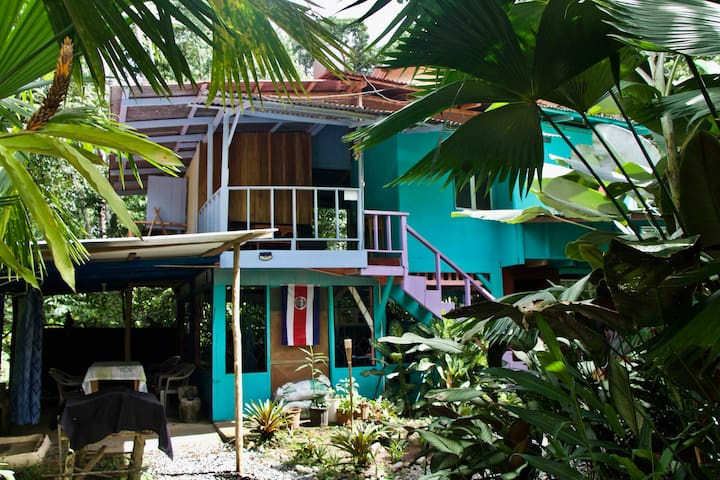 Hidden Jungle Beach House-PRIVATE BALCONY ROOM!!
