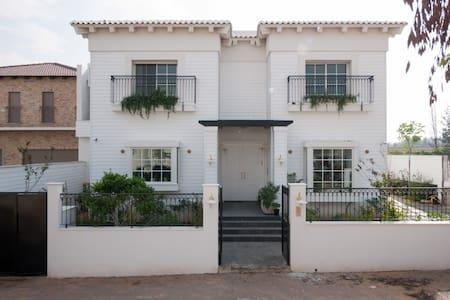 Hamptons luxery Villa in Savyon - Ashkelon - วิลล่า