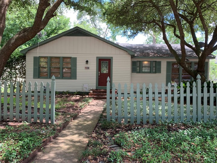 Comfortable Brenham Home minutes from Downtown