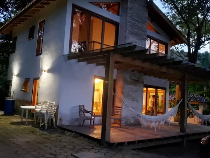 Casa em Paúba em meio a vegetação exuberante.