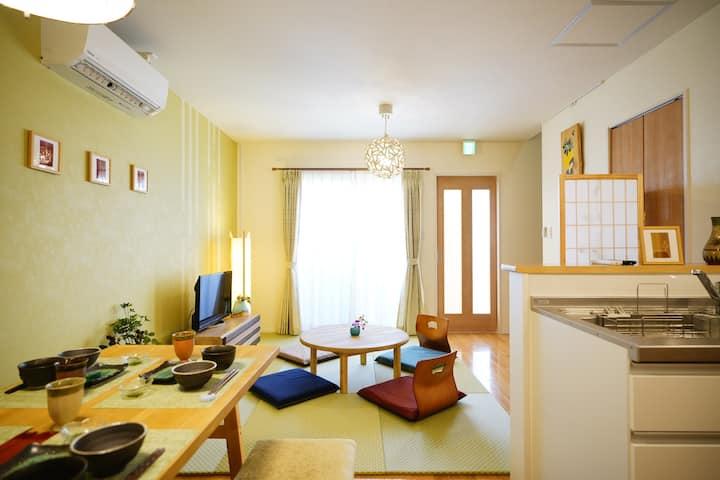 浦添市にある和モダンにコーディネートしたお洒落なコンドミニアム。駐車場2台付き、最大7名まで宿泊可!