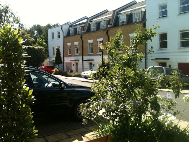 Single Room.  Gated Townhouse.  Garden.  SW18 2LT