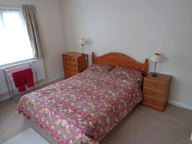 King size bed in quiet residential area - Winchester - Casa
