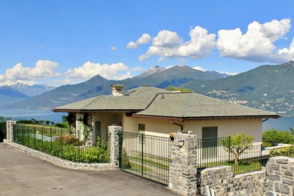 The villa is located in a tranquil position in the hillside of Griante