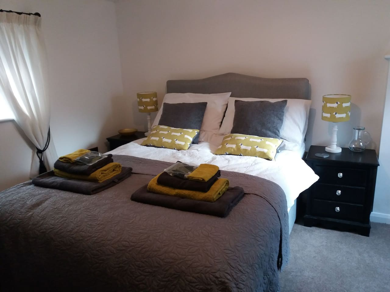 Self contained, private entrance, Annexe room with ensuite shower room/wc.