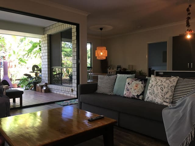 Tropical family home in the country - Pet Friendly