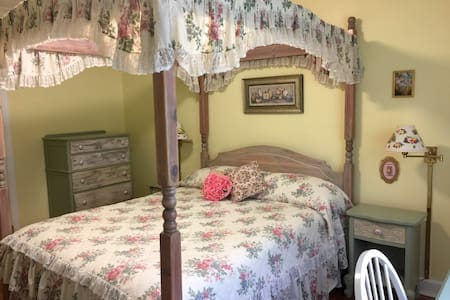 Sunny Cottage - Princess Room - New Rochelle
