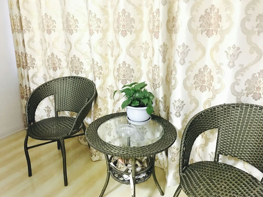 休闲阳台,可做迷你客厅使用,窗外花园植被丰富。