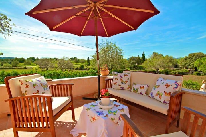 Schöne Terrasse mit Ausblick und Gartenmöbeln  im-web.de/ Mallorcareise SL
