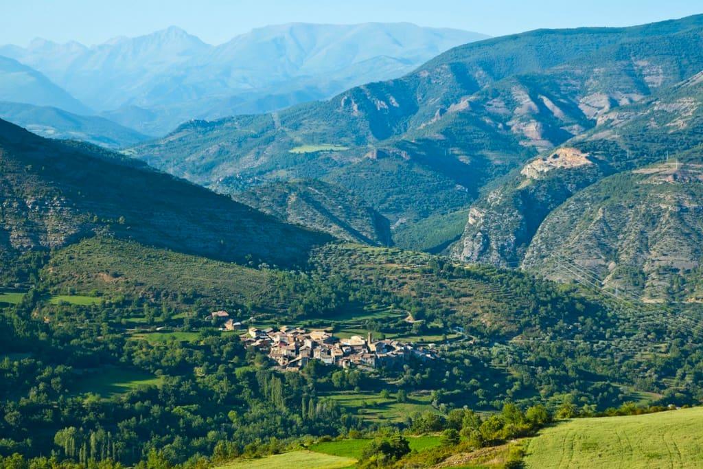 Vistas del pueblo de Erinyà con las montañas de fondo
