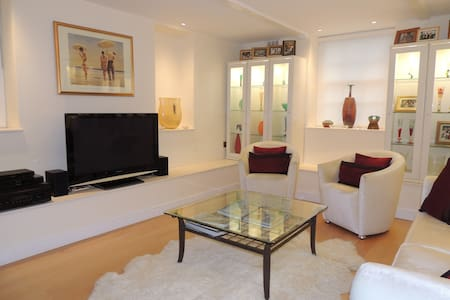 Luxurious 2BR home in leafy Hampstead. with patio