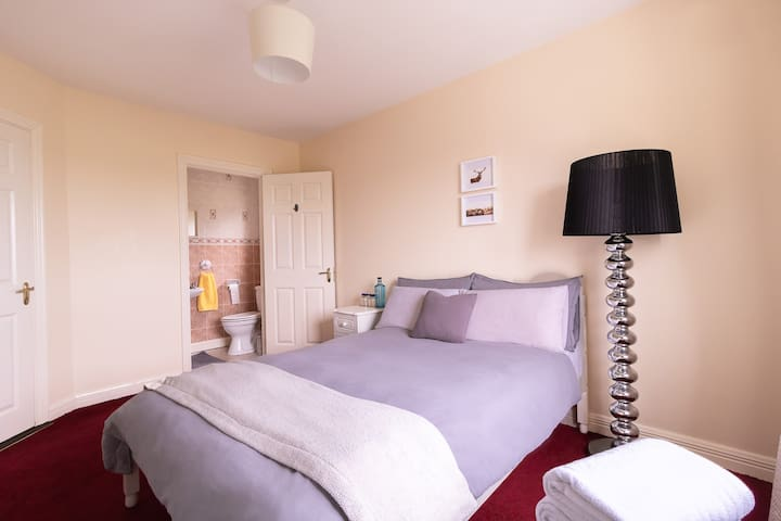 Strandhill, Large Double bed, beach waves & Mountain View