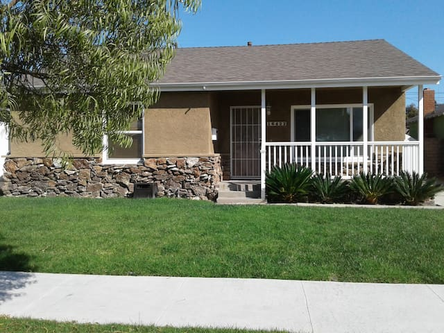Cozy Home Only Minutes To The Beach or LAX Airport