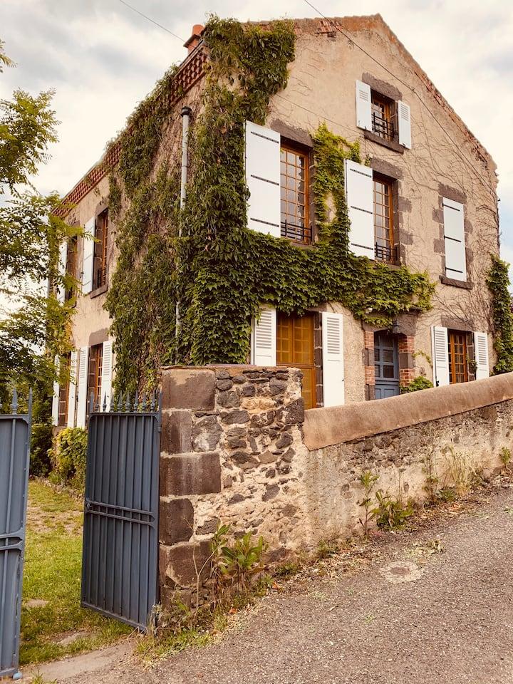 École du XIXe siècle dominant la vallée