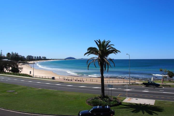 Alexandra Headland Beachfront with Ocean Views! - Alexandra Headland - Apartamento