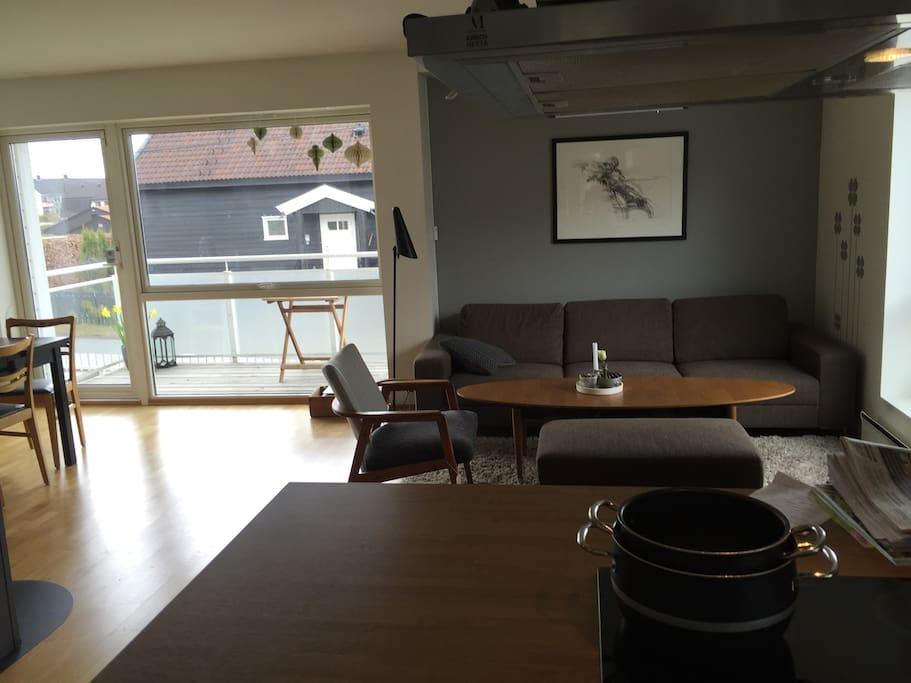 Lys stue med sofa og spisebord