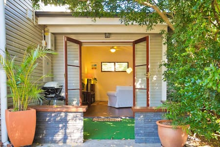A spacious one bedroom ground floor - Bulimba - Leilighet