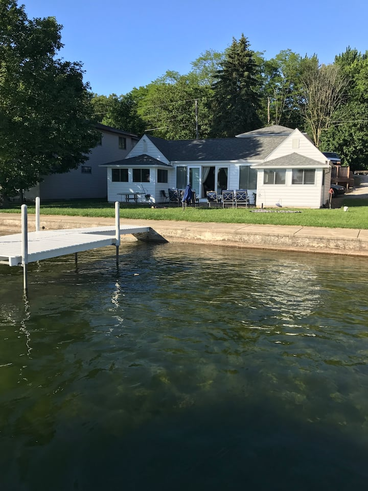 Crown Cottage| Lake Front| *20 min to Warsaw*