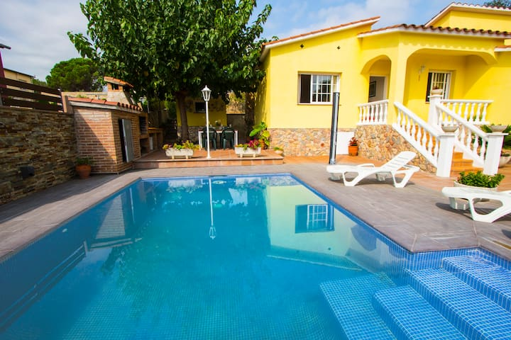 Catalunya Casas: Tranquil Villa Sils for 5 guests, just 20km from Costa Brava beaches!