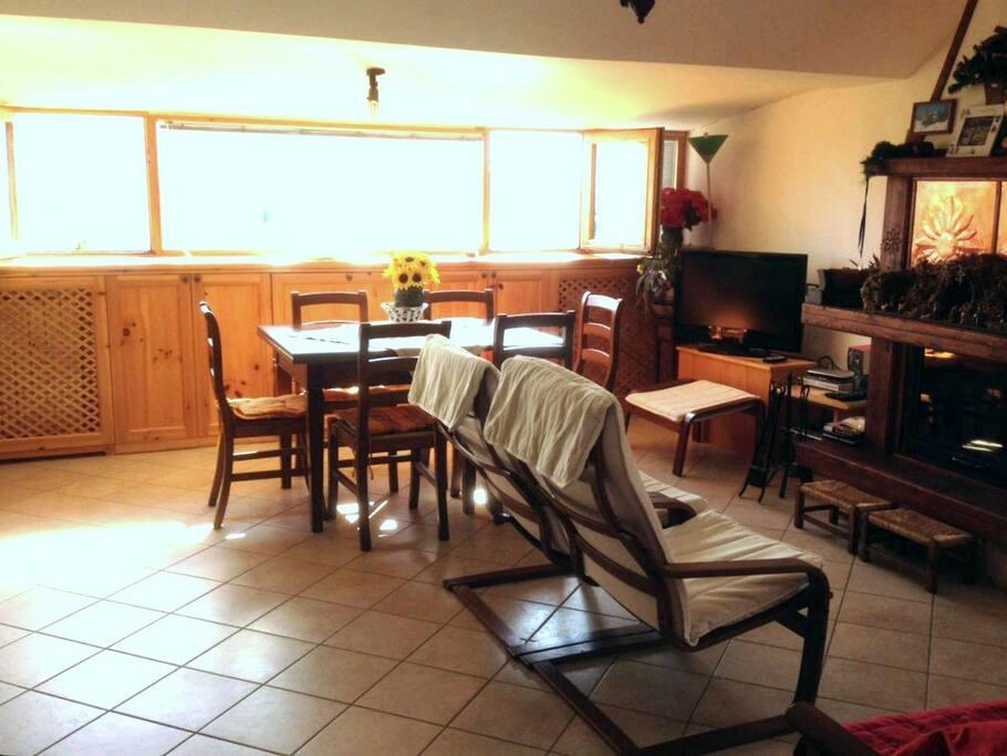 La casa ha un grande soggiorno con angolo cottura e termocamino.