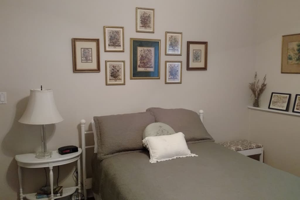 English Room with Full Bed