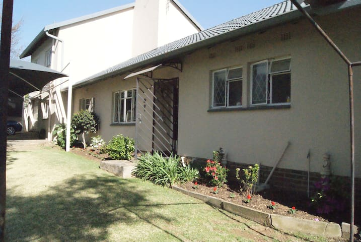 Close to Sandton CBD/2bed cottage/Bordeaux