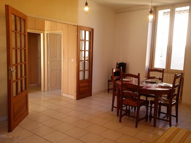 Appartement traditionnel de centre ville alésien, claire et spacieux