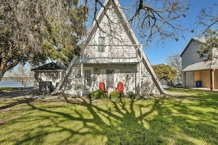 Adorable Waterfront A-Frame 3mi to Dtown Granbury