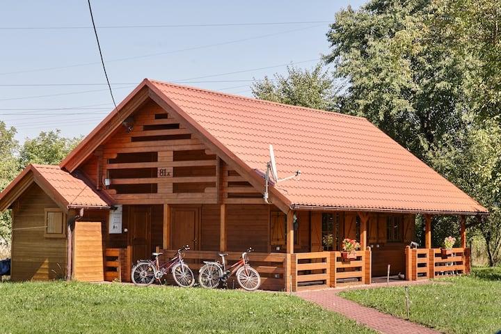 Drewniany dom z przepięknym ogrodem