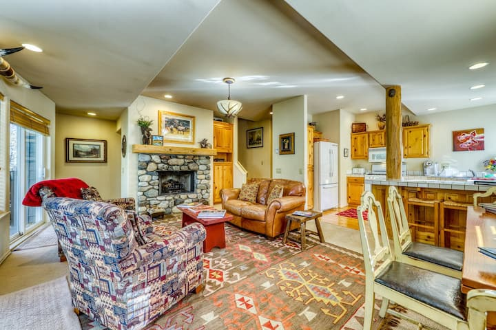 Dog-friendly townhome w/private hot tub & changing area w/boot warmers!