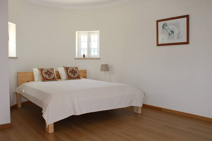Kingsize Doppelbett im Balkonzimmer