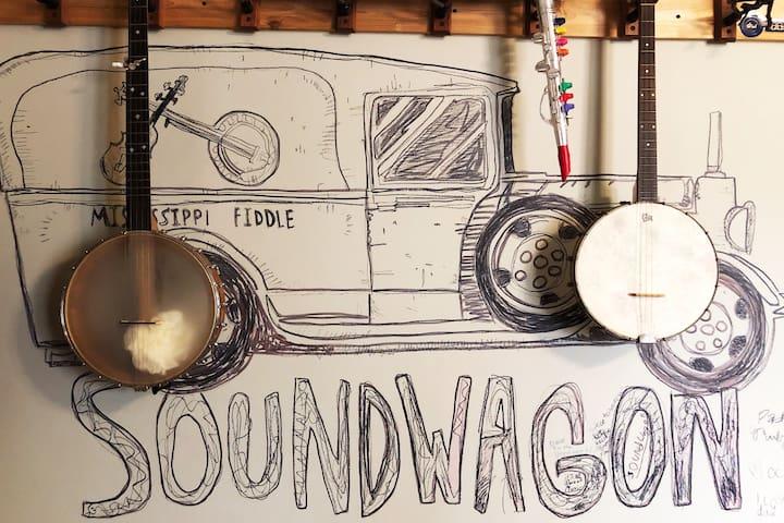 The Soundwagon Inn: Cozy and Vibrant