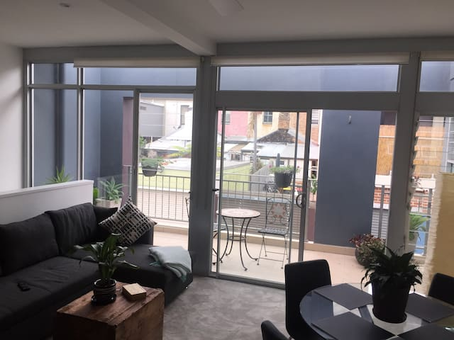Gorgeous private Apartment-Studio with garage&deck - Beaconsfield - Huoneisto