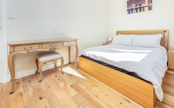 Easy Stay Slough Central Apartment. Free Parking