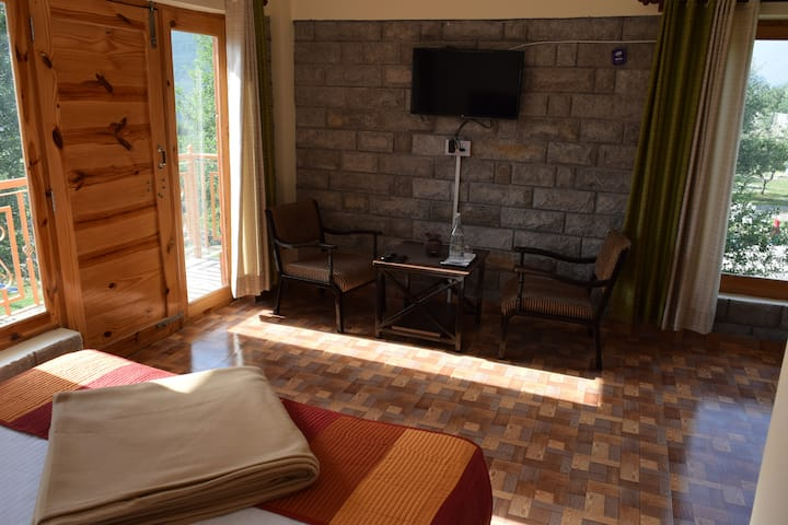 Comfy Spacious Room in a Quiet Village Near Manali