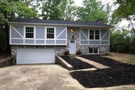 """The RedHawk Nest"" 3 Bedroom Home in Oxford, OH - 옥스포드(Oxford)"
