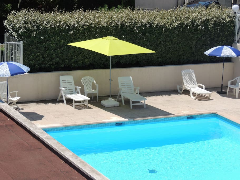 A votre disponibilité parasols et bains de soleil inclus dans les prestations.