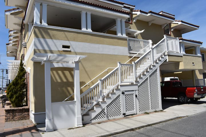 Steps from the Beach! 4 bedroom, sleeps 10!