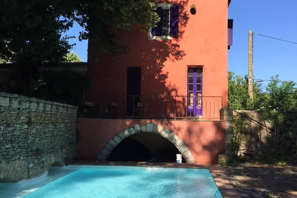 La maison vue de la piscine