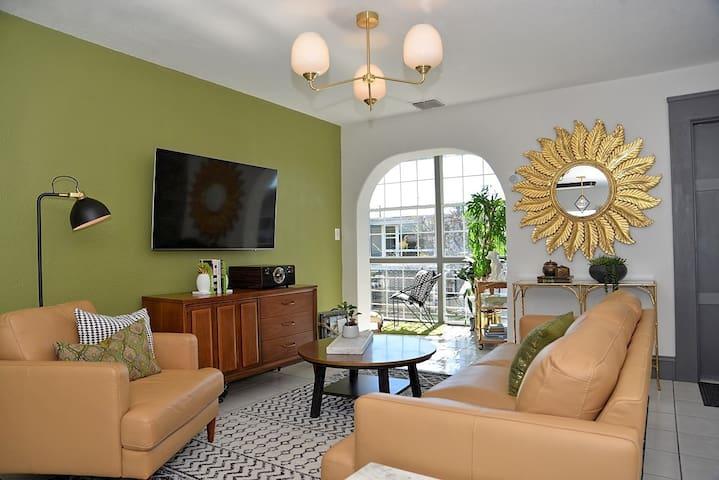 Tropical & Trendy Luxury Lakeside Condo w Sunroom