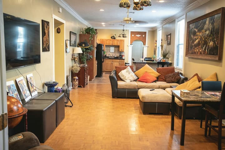 Small Room w Full Bed close to French Quarter! 7