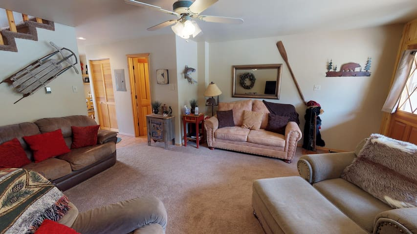 Papa DJ's Place - In Town, On the River, Near Fishing Ponds, Huge Deck, Washer/Dryer, WiFi