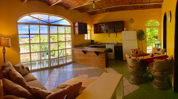 Hillside Bungalow,Clean,Bright 2 BD/2 BR Sleeps4