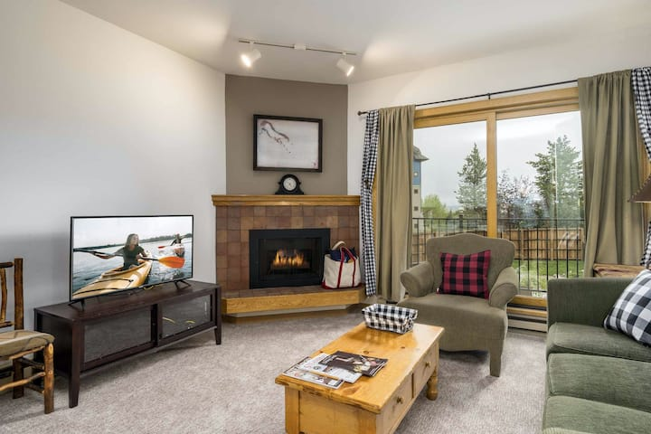Base area studio w/shared pool & hot tub, private balcony - steps from ski lifts